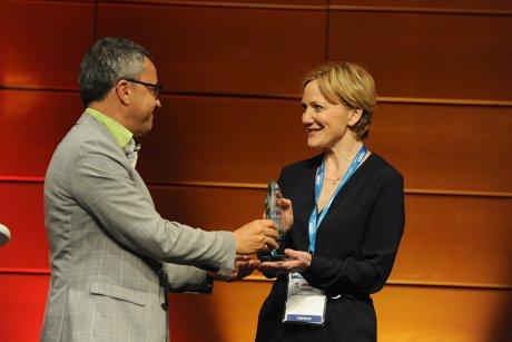 Eric Pannoux (Caisse des dépôts) remet son prix à Sandrine Stojanovic (Elysea)