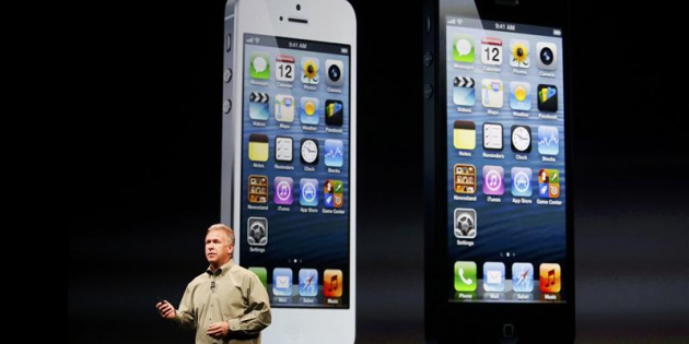 Phil Schiller, le directeur marketing d'Apple, dévoilant l'iPhone 5 le 12 septembre dernier. Copyright Reuters