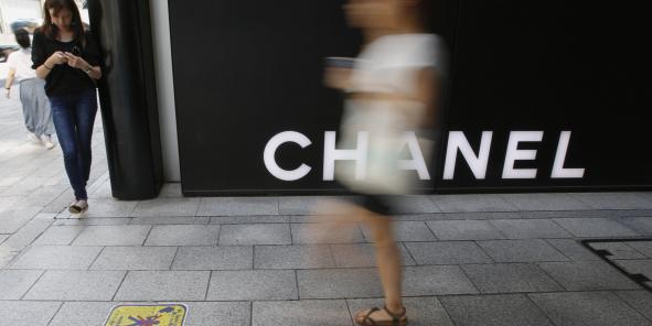 """Les profits de Chanel """"ont été boostés par la bonne tenue de sa division Mode et par un événement exceptionnel, la vente d'actifs financiers qu'elle détenait depuis longtemps et qui lui ont permis d'encaisser 642 millions de dollars"""" (472 millions d'euros), indique Challenges, sans préciser de quels actifs il s'agit."""