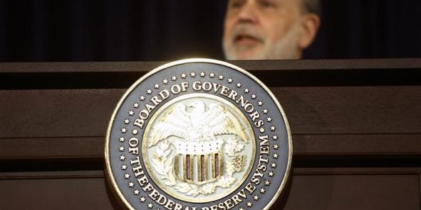 """Après une première baisse de dix milliards décidée en décembre, la Réserve fédérale américaine (Fed) a décidé mercredi de poursuivre la réduction limitée de sa politique monétaire accomodante. Estimant que la croissance de l'économie américaine s'est """"accélérée"""", la Fed réduira ainsi de 10 milliards de dollars ses achats d'actifs mensuels à partir de février en les portant à 65 milliards de dollars, selon un communiqué."""