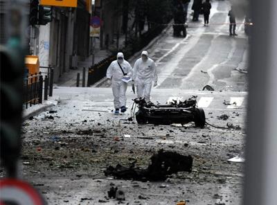 Forte explosion d'une voiture piégée devant le siège de la troïka à Athènes