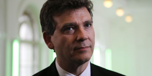 Arnaud montebourg attaque le site booking en justice le for Le site booking