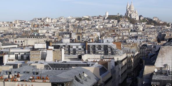 Thème de prédilection pour les artistes de toutes époques, les toits parisiens forment également un enjeu majeur pour le tourisme dans la capitale.