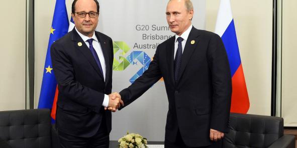 """La rencontre entre François Hollande et Vladimir Poutine samedi à Brisbane, lors du sommet du G20. Une source russe """"haut placée"""", citée par l'agence russe Ria Novosti, avait déclaré vendredi que la France avait jusqu'à fin novembre pour livrer un premier navire de guerre Mistral à la Russie, sauf à s'exposer à de """"sérieuses"""" demandes de compensation."""