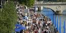 Parisiens et touristes profitent de Paris Plage sur les rives de la Seine en 2002