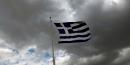 Le drapeau grec brandis par des Grecs au-dessus de l'Acropole d'Athènes, Grèce