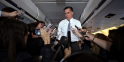 """Dans l'avion qui le conduit vers Boston où se trouve son QG de campagne, Mitt Romnay organise une conférence de presse """"improvisée"""""""