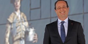 François Hollande sourit