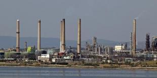 Les raffineries de pétrole utilisent de grandes quantités de catalyseurs pour fabriquer des carburants et autres produits.