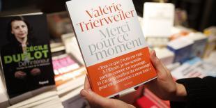 """Le livre de Valérie Trierweiler """"Merci pour ce moment"""" est un objet tout à fait passionnant. Non pas comme œuvre littéraire. Mais comme miroir de notre époque, de notre rapport au pouvoir et à l'autorité et peut-être aussi du rapport amoureux des temps modernes."""