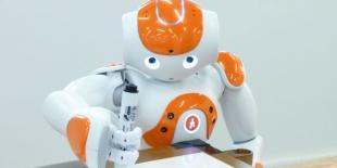 """Le robot Nao, emblème de la sucess story pour la société Aldebaran Robotics, sera le nouveau chroniqueur de l'émission """"Salut les Terriens!"""" sur Canal+."""