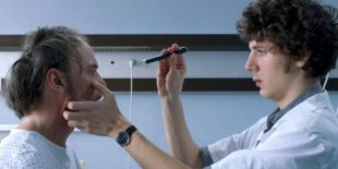 En dénonçant habilement la dérive gestionnaire du monde hospitalier, le film de Thomas Lilti offre à voir ce qui est également vécu aujourd'hui dans nombre d'entreprises : une déshumanisation du travail et son effroyable perte de sens.