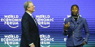 """Al Gore, Prix Nobel de la paix, ex-vice président des Etats-Unis (à g.) écoute le compositeur, chanteur interprète Pharrell Williams présenter son concert """"Live Earth""""."""