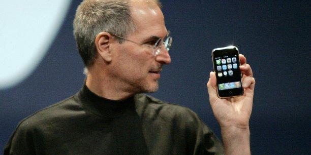 Steve Jobs, que l'on voit ici présentant la première version de l'iPhone, le 9 janvier 2007, est le visionnaire qui a déclenché la révolution des applications mobiles dont on continue à mesurer l'ampleur planétaire./ DR
