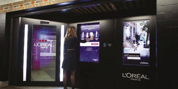 Installée dans le métro new-yorkais, la machine de L'Oréal Paris peut donner des conseils de maquillage en fonction des couleurs portées par la cliente./ DR