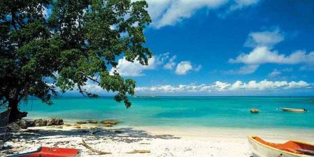 Le tourisme ne représente que 7 % du PIB de la Guadeloupe, 9 % de celui de la Martinique et 7,7 % de celui de la Polynésie française