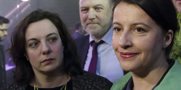"""Emmanuelle Cosse (ici à gauche) quitte ses fonctions de secrétaire nationale d'Europe-Ecologie-Les Verts pour devenir ministre du Logement. C'est la principale """"prise"""" de François Hollande afin d'affaiblir au maximum le parti écologiste et l'empêcher de présenter un candidat à la présidentielle de 2017."""