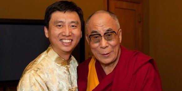 Chade-Meng Tan, ici avec le dalaï-lama, encourage la connaissance de soi comme levier de l'intelligence émotionnelle. /DR