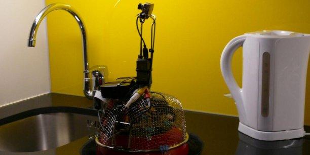 Le robot a été réalisé à partir d'un aspirateur et d'une passoire, utilisée pour la cuisine. Il est surmonté d'une mini caméra. /@kulturBOT/Twitter