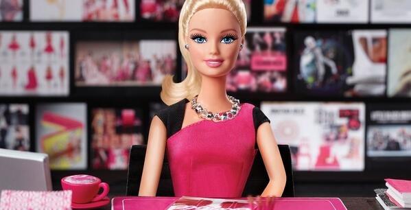 """Mattel tente de relancer les ventes de sa célèbre poupée Barbie en lui faisant par exemple revêtir un costume de """"cheffe d'entreprise"""" ou de super-héroïne."""