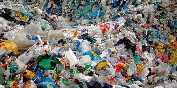 La France a réduit la consommation de sacs plastiques en caisse de magasin de 10 milliards par an à 700 millions entre 2002 et 2011.