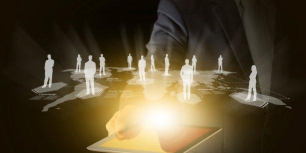 Dans des entreprises où se mêlent désormais trois générations, la clé semble être celle du développement de nouveaux leaders à tous les niveaux, adaptés aux divers âges des collaborateurs comme aux réalités locales, relève le cabinet Deloitte.