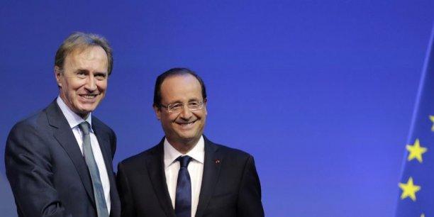 Etienne Caniard, président de la Mutualité française et François Hollande. Ce dernier s'était engagé en 2013 à offrir une complémentaire santé à tous les salariés