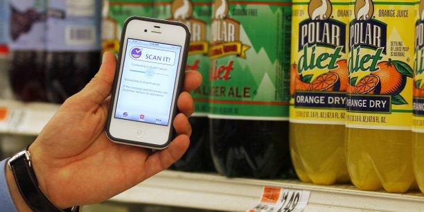 Les consommateurs consultent de manière de plus en plus systématique des applications de leurs smartphones en magasin pour comparer qualité et prix des produits.