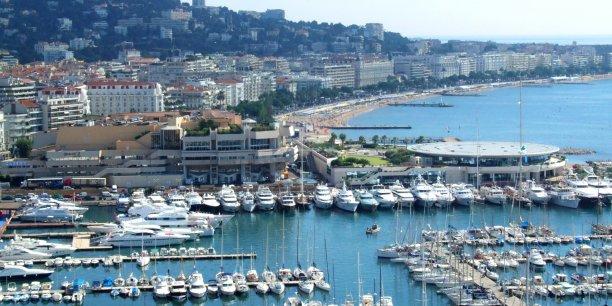 Comme le précise l'Insee, le secteur touristique maritime crée plus d'emplois qu'il n'en détruit, mais il reste encore embryonnaire en dépit de ses 4.170kilomètres de côtes. En effet, le secteur touristique emploie actuellement 2 millions de personnes.