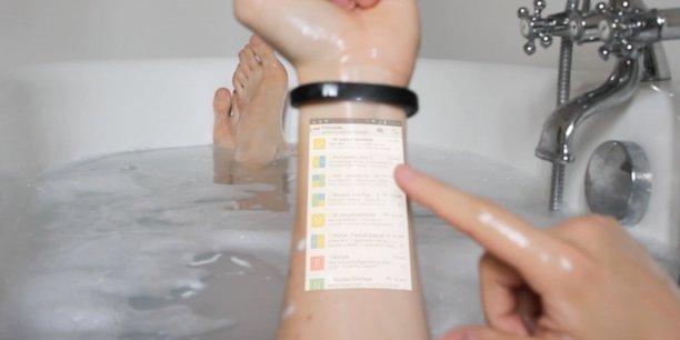 La vidéo de démonstration du bracelet Cicret pousse la provocation jusqu'à montrer un utilisateur en situation, sortant son bras de l'eau.