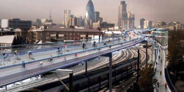 On le sait depuis la réalisation du viaduc de Millau, le célèbre architecte anglais Norman Foster (de l'agence Foster + Partners) aime prendre de la hauteur. Il imagine ici 220 km de pistes cyclables suspendues au-dessus des voies ferrées dans la capitale britannique.