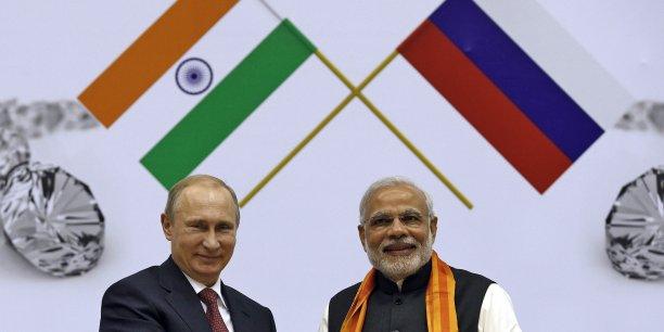 Le président russe Vladimir Poutine et le Premier ministre indien Narendra Modi, à l'ouverture du Congrès mondial du diamant, ce jeudi 11 décembre, à New Delhi. Les deux pays entament un processus de réchauffement de leurs relations distendues avec le temps. Modi a ainsi confirmé à Poutine que la Russie resterait son principale fournisseur d'armement.