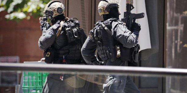 http://static.latribune.fr/full_width/423635/des-policiers-non-loin-du-cafe-lindt-de-sydney-pendant-la-prise-d-otages-survenue-lundi-15-decembre-2014.jpg