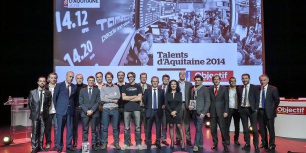 L'ensemble des lauréats et des parrains sur scène pour une photo de groupe