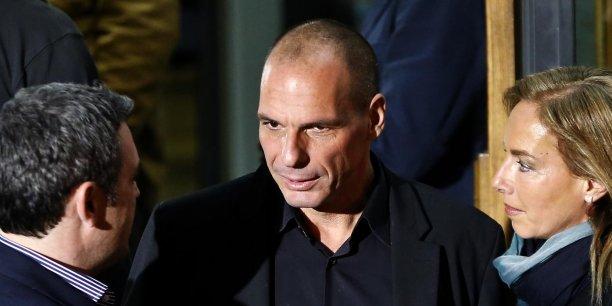 Yanis Varoufakis (au centre, lundi devant les bureaux de Syriza) pourrait être le prochain ministre des Finances grec.