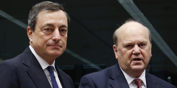 Michael Noonan, ministre des Finances de l'Irlande (à d.), et Mario Draghi, président de la BCE, le 14 novembre 2013, avant la réunion de l'Eurogroupe, le conseil des ministres des finances de l'Eurozone.
