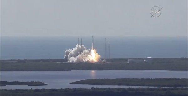 """""""Je crois que c'est un moment révolutionnaire. Personne n'avait encore ramené intact sur Terre un lanceur de classe orbitale"""", a expliqué le PDG de SpaceX"""