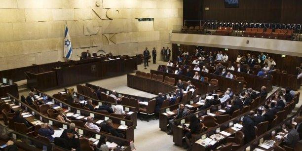 La loi a été adoptée par les 56 députés présents à la Knesset, qui compte 120 sièges.