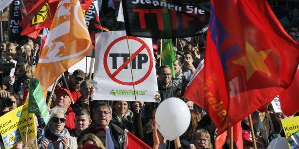 À l'inverse des pratiques américaines, le gouvernement allemand prépare une série de règlementations qui obligerait les producteurs à étiqueter le lait, les œufs et la viande issus d'animaux nourris aux OGM. Le TTIP rendrait très difficile l'adoption de telles mesures au niveau national.