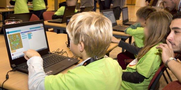 Un enfant s'initiant au code lors du Blend Kids