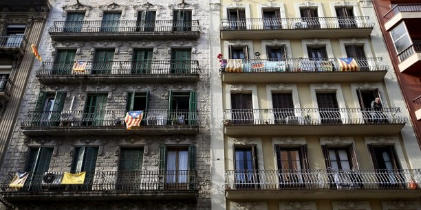 Des drapeaux indépendantistes catalans au balcon d'immeubles barcelonais. Les unionistes voient dans le processus indépendantiste un coup d'Etat ?