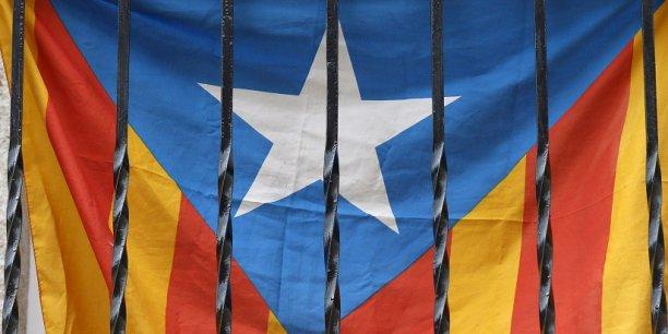 Un drapeau indépendantiste catalan à une fenêtre barcelonaise. Le parlement catalan a ouvert la voie à l'indépendance.