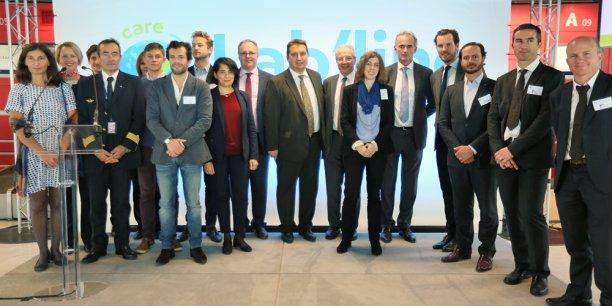 Les dirigeants d'Air France entourés des startuppeurs sélectionnés pour le programme