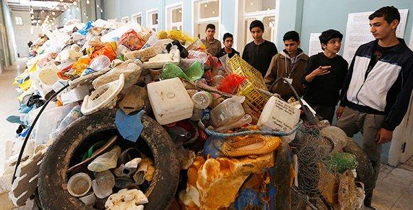 """Des étudiants jordaniens visitent l'exposition de déchets plastiques """"Sea, la dernière étape"""" organisée en novembre 2014 dans la capitale, Amman, afin de sensibiliser la population à la protection de l'environnement marin."""