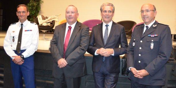 Le préfet de l'Isère, Jean-paul Bonnetain (au centre à droite), à côté du procureur de la République, Jean-Yves Coquillat (au centre à gauche) et des représentants des forces de police.