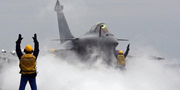 L'armée française va disposer dans la région des 26 chasseurs embarqués sur le porte-avions - 18 Rafale et huit Super Etendard - en plus des 12 appareils stationnés aux Emirats arabes unis (six Rafale) et en Jordanie (six Mirage 2000).