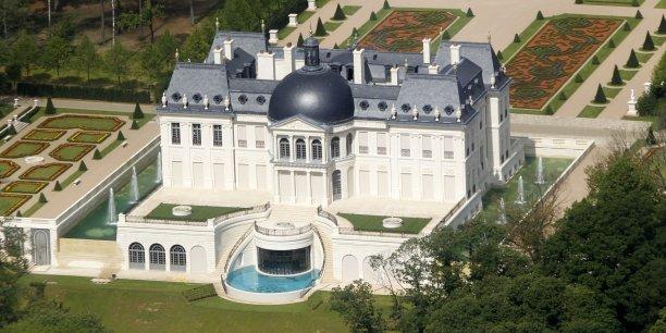 """Construit en 2011, le """"château Louis XIV"""" de Louveciennes avec ses jardins à la française, n'a que quatre ans d'existence."""