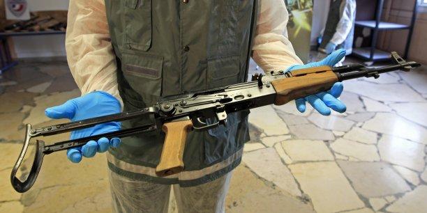 Kalachnikovs saisies lors d'une perquisition anti-terroriste.