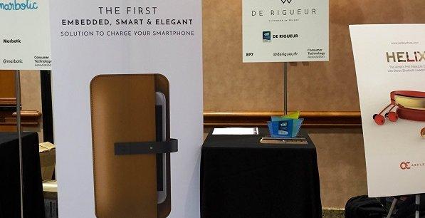 Le stand de la startup De Rigueur, au salon CES de Las Vegas. Au gauche, le fameux étui connecté.