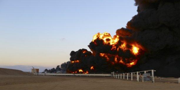 """Situés dans la région du """"croissant pétrolier"""" de la côte, ces deux terminaux sont cruciaux pour l'exportation du pétrole libyen. (Photo: en décembre 2014, le port d'Es Sider (ou al-Sidr ou al Sidra) avait subi l'attaque de la milice islamiste Aube de la Libye qui s'était soldée par près de 20 morts et des dizaines de blessés)"""